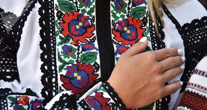 El traje uctraniano con la decoración tradicional (imagen referencial)