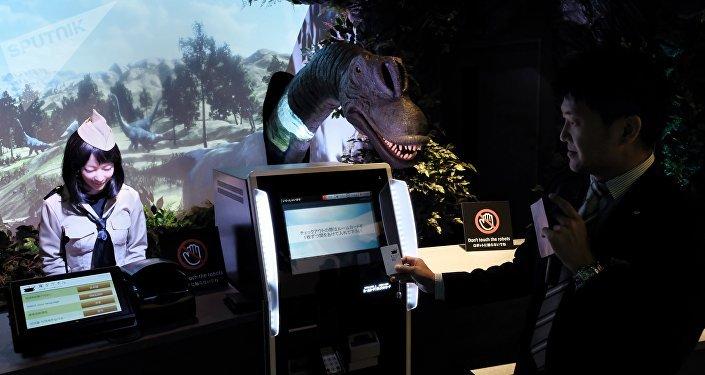 Aquí quienes te dan la bienvenida son un dinosaurio y una japonesa robotizada