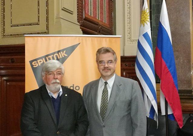 Eduardo Bonomi, ministro del Interior de Uruguay, junto al embajador de Rusia en ese país, Nikolay Sofinskiy