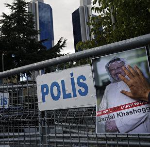 Retrato del periodista opositor saudí Jamal Khashoggi cerca del consulado saudí en Estambul (archivo)