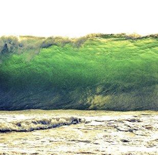 Una gran ola de agua, imagen referencial