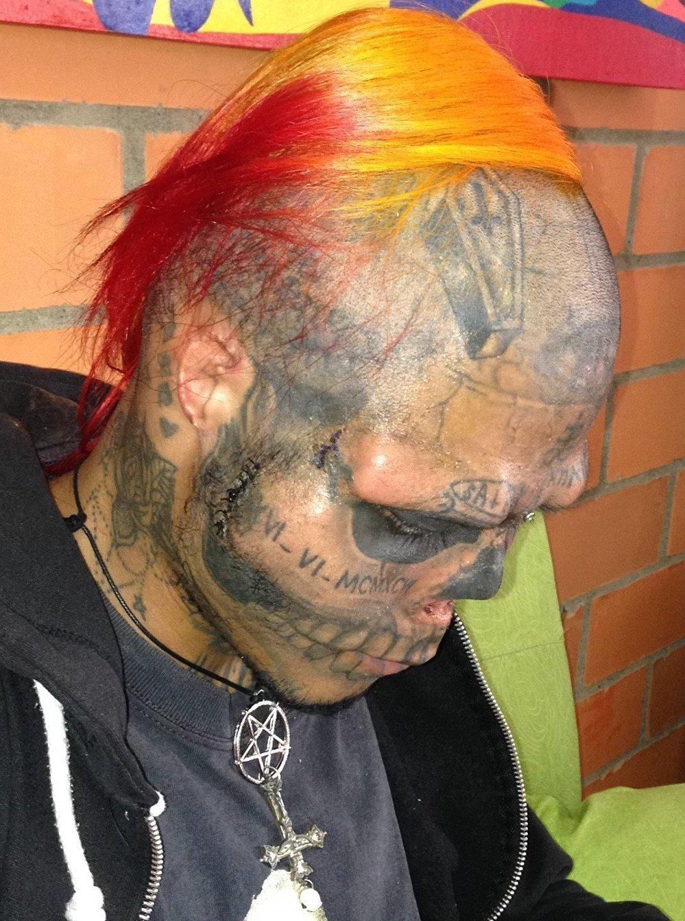 Kalaca es un reconocido tatuador de su ciudad natal de Cartago, en el departamento de Valle del Cauca