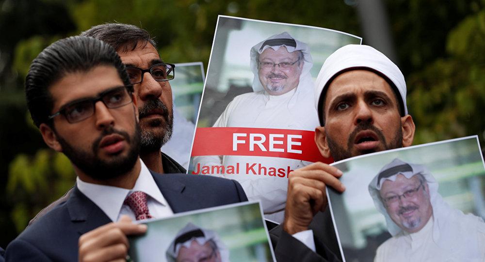 Personas con retratos del periodista saudí Jamal Khashoggi protestan cerca del consulado saudí en Estambul