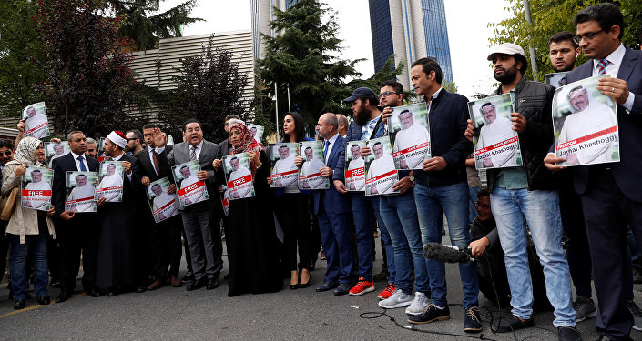 Activistas de derechos humanos con la foto del periodista desaparecido, Jamal Khashoggi (archivo)