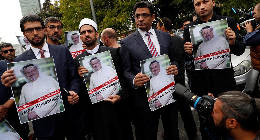 Activistas de derechos humanos con la foto del periodista desaparecido, Jamal Khashoggi