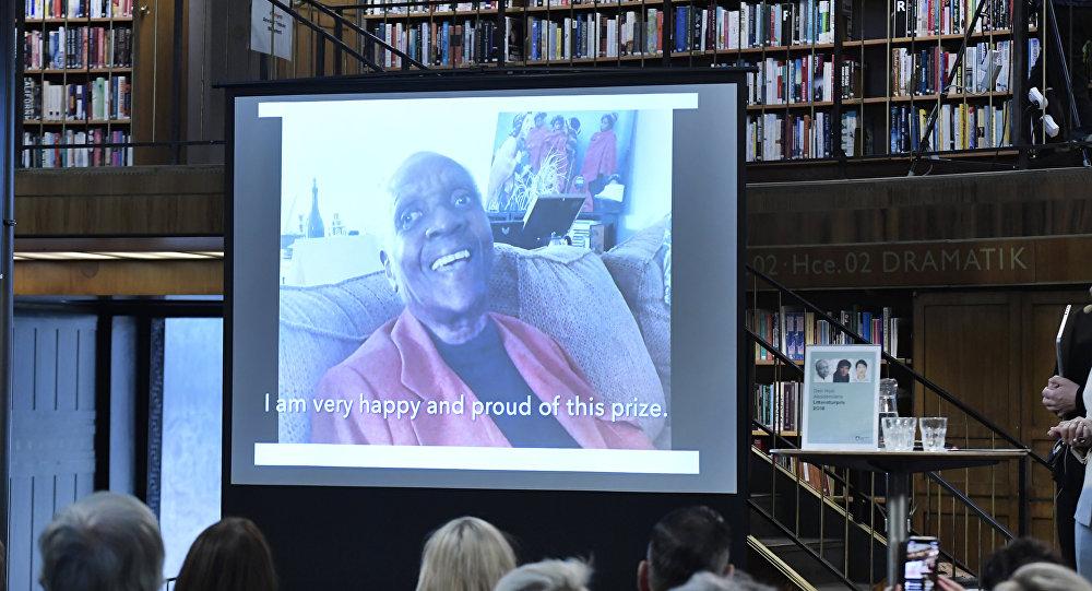 Maryse Condé, escritora francesa da las gracias tras ganar el premio de literatura de 2018 de la Nueva Academia (la New Academy)