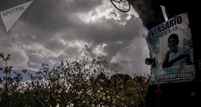 """Cenotafio de """"Ale"""" un joven ciclista fallecido en el kilómetro 29 de la carretera 95 México-Cuernavaca"""