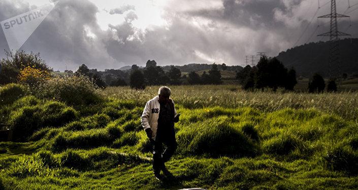 Un hombre camina sobre el kilómetro 35 de la carretera 95 México-Cuernavaca