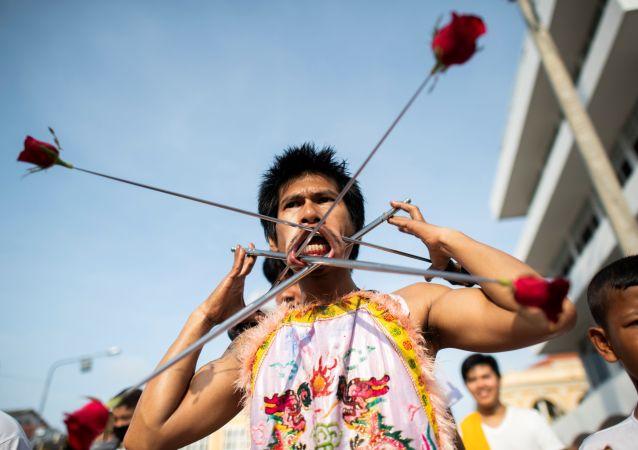 Participantes del Festival Vegetariano de Phuket durante su procesión al santuario de Loem Hu Thai Su.
