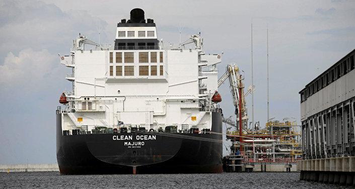 Un buque cisterna con el gas licuado