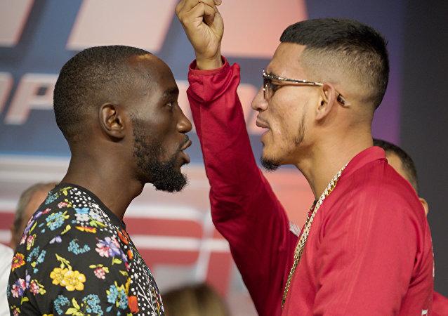 El boxeador Terence Crawford  y su contrincante José Benavidez Jr.