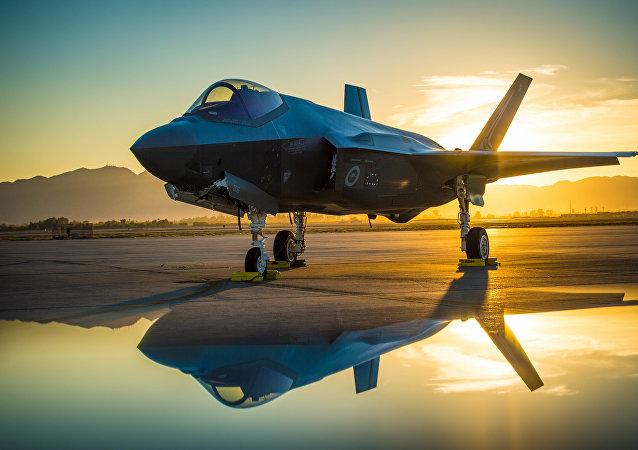 Un caza estadounidense F-35A destinado para las Fuerzas Aéreas de Australia en una base aérea en EEUU