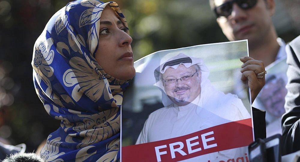 Activista con la foto del periodista desaparecido, Jamal Khashoggi (archivo)