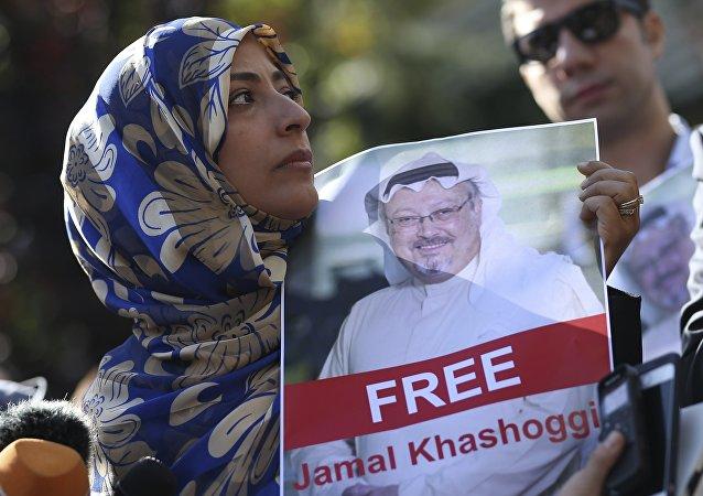 Activista con la foto de Jamal Khashoggi
