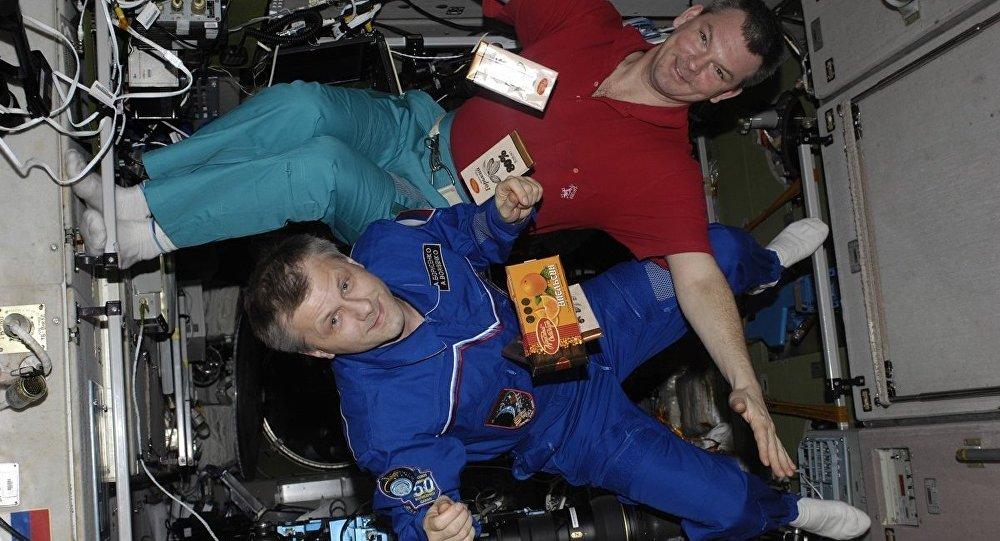 Astronauta aprende a caminar a su regreso del espacio