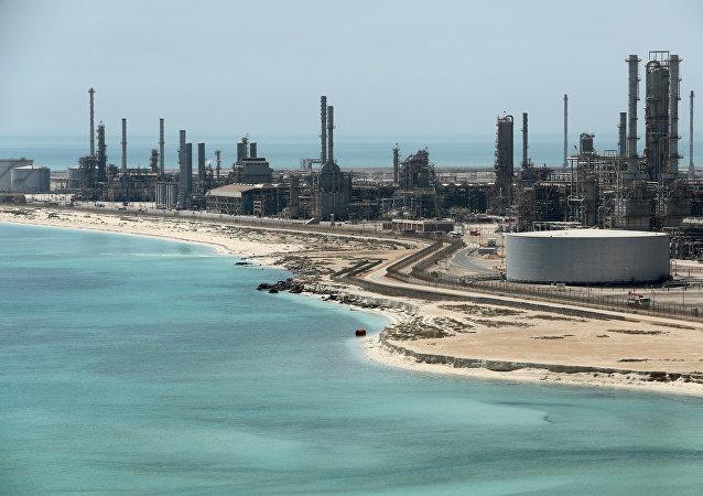 Vista general de la refinería de petróleo Ras Tanura y la terminal petrolera de Aramco en Arabia Saudí