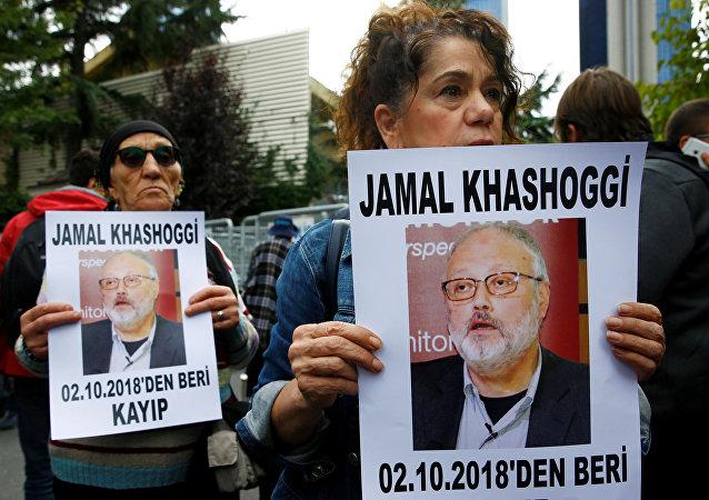 Activistas por los derechos humanos con la imagen del periodista saudí desaparecido Jamal Khashoggi
