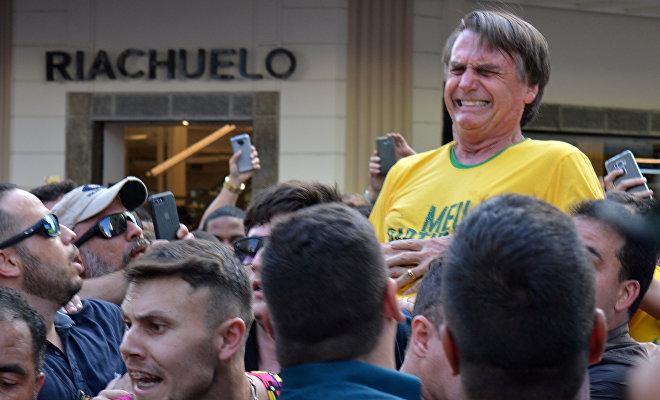 Durante la campaña electoral para la Presidencia de Brasil, el 6 de septiembre de 2018, Jair Bolsonaro fue atacado con un golpe de cuchillo en el torso. El candidato fue llevado a un hospital, desde donde siguió haciendo campaña a través de las redes sociales.