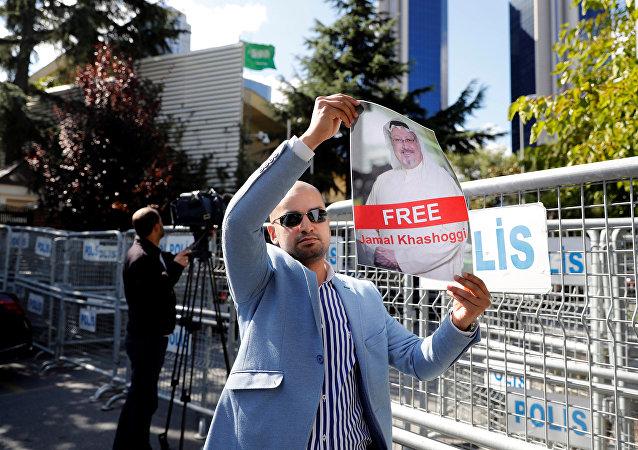 Un activista con la foto del periodista desaparecido, Jamal Khashoggi