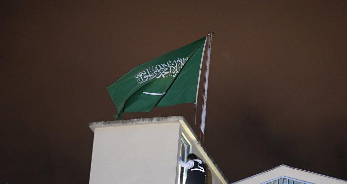 Una bandera saudí en el Consulado de Arabia Saudí en Estambul