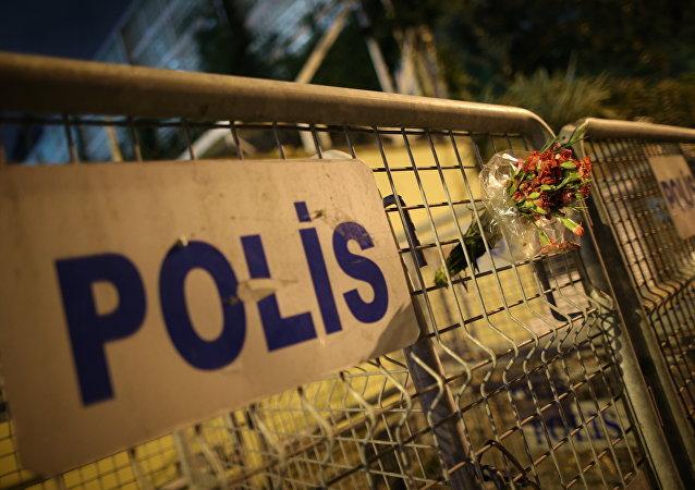 Cartel de la policía turca cerca del Consulado saudí en Estambul