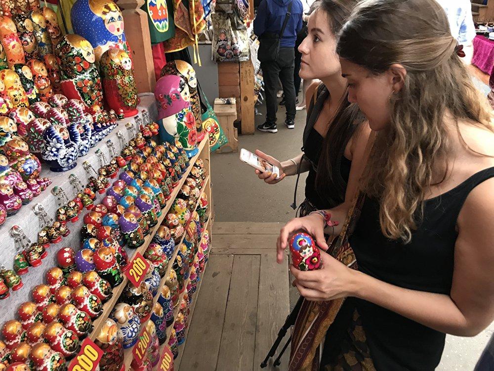 Paula y María Jesús compran matrioshkas para la campaña de micromecenazgo