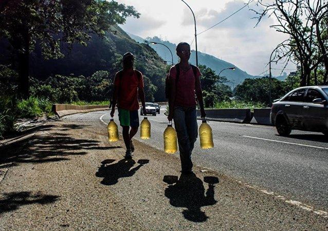 Habitantes de Caracas en las faldas del cerro Ávila (Archivo)