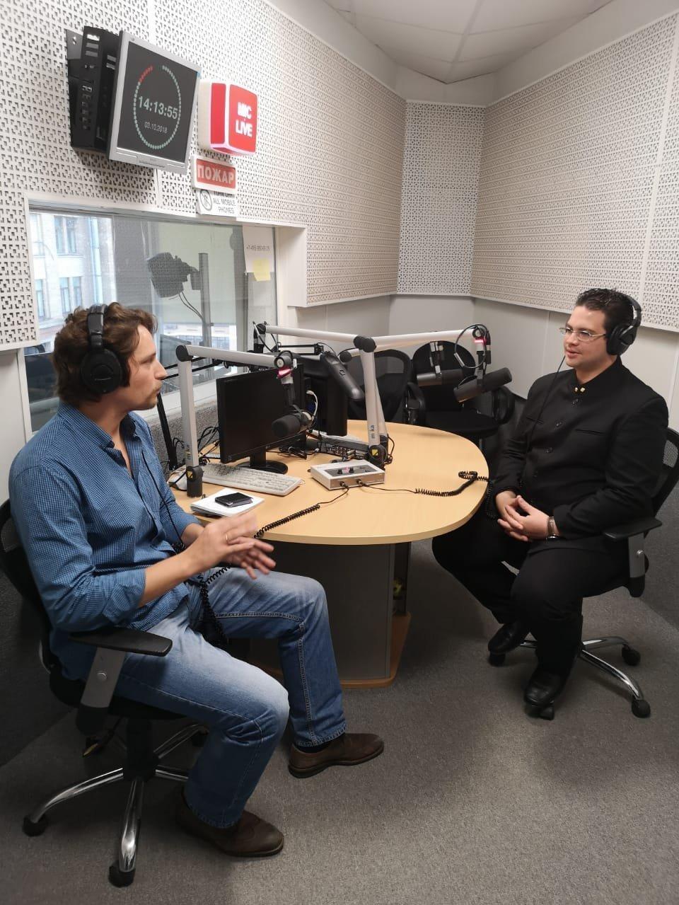 César Trómpiz (d) en los estudios de Radio Sputnik