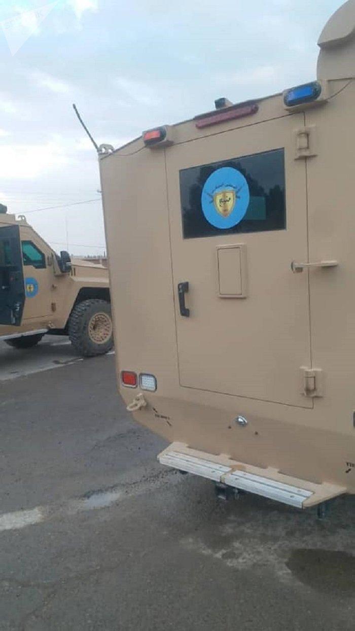 El símbolo del Consejo Militar de Manbij en los blindados entregados por Estados Unidos