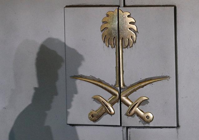 Una silueta en la entrada del consulado de Arabia Saudita en Estambul, Turquía