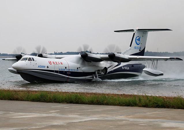 El hidroavión chino AG600 aterriza sobre al agua
