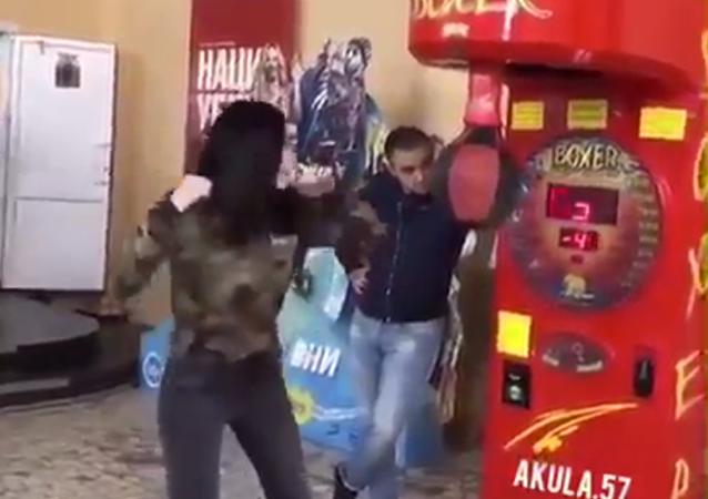 Una chica noquea a su pareja gracias a su habilidad innata como boxeadora