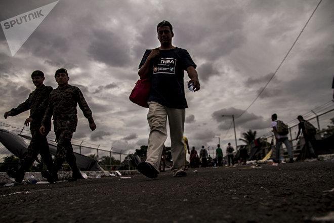 Miles de personas salen del puente internacional entre Guatemala y México al no tener respuesta del Gobierno mexicano para darles paso