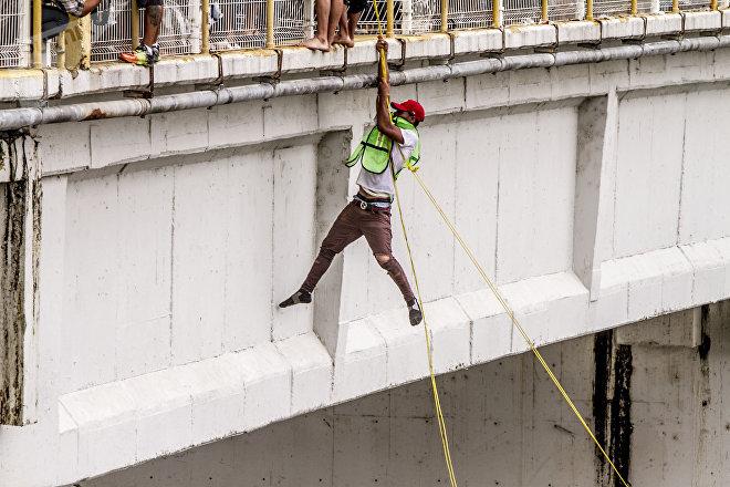 Una persona salta del puente internacional entre México y Guatemala a falta de respuestas del Gobierno mexicano para abrirle el paso a la Caravana de Hondureños