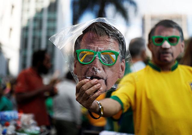 La máscara con la imagen del candidato brasileño presidencial ultraderechista Jair Bolsonaro