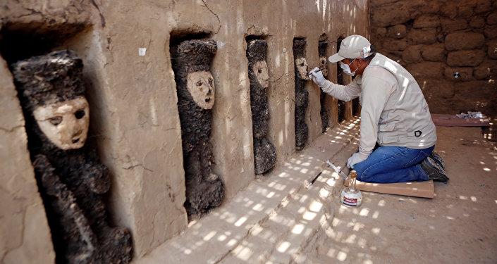 Esculturas de madera en la ciudadela de Chan Chan, Perú