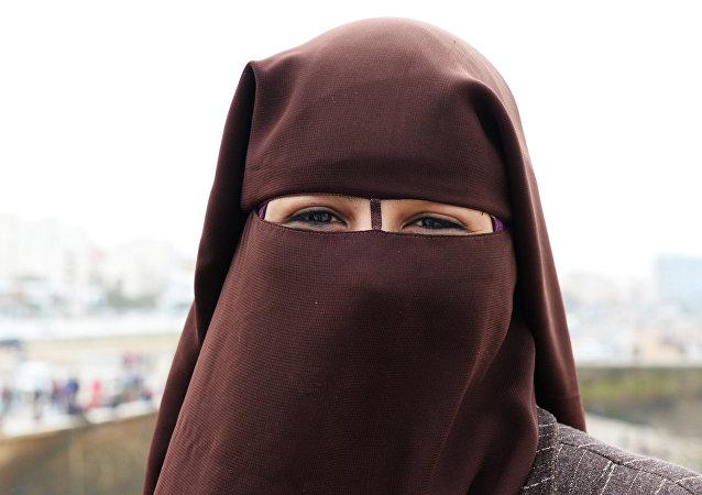 Una mujer llevando velo islámico