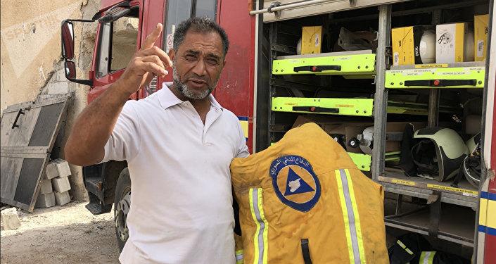 Hassan Farouk Mohammed de los Cascos Blancos muestra el equipo de los miembros de la organización