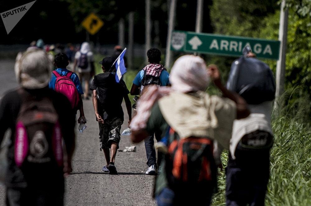 Miles de migrantes caminan de sobre la carretera 200 para poder llegar a Arriaga y abordar el tren La Bestia