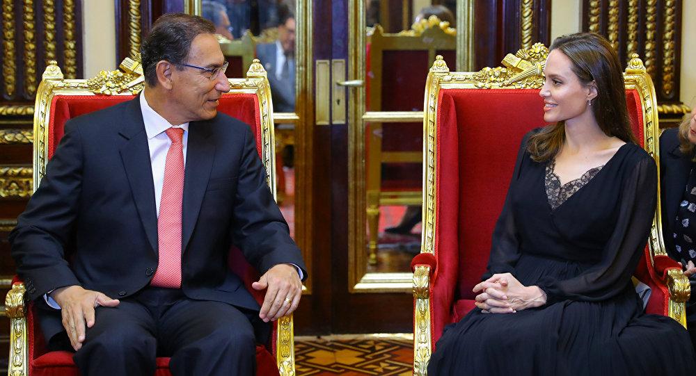 El presidente peruano, Martín Vizcarra, y la actriz estadounidense, Angelina Jolie durante su reunión en Perú