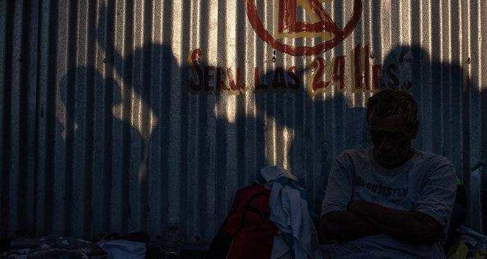 Las siluetas de unos migrantes en México
