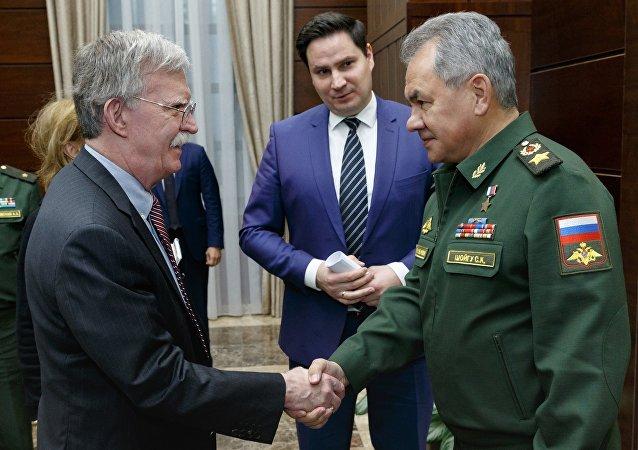 El asesor de Seguridad Nacional de la Casa Blanca, John Bolton, y el ministro de Defensa de Rusia, Serguéi Shoigú