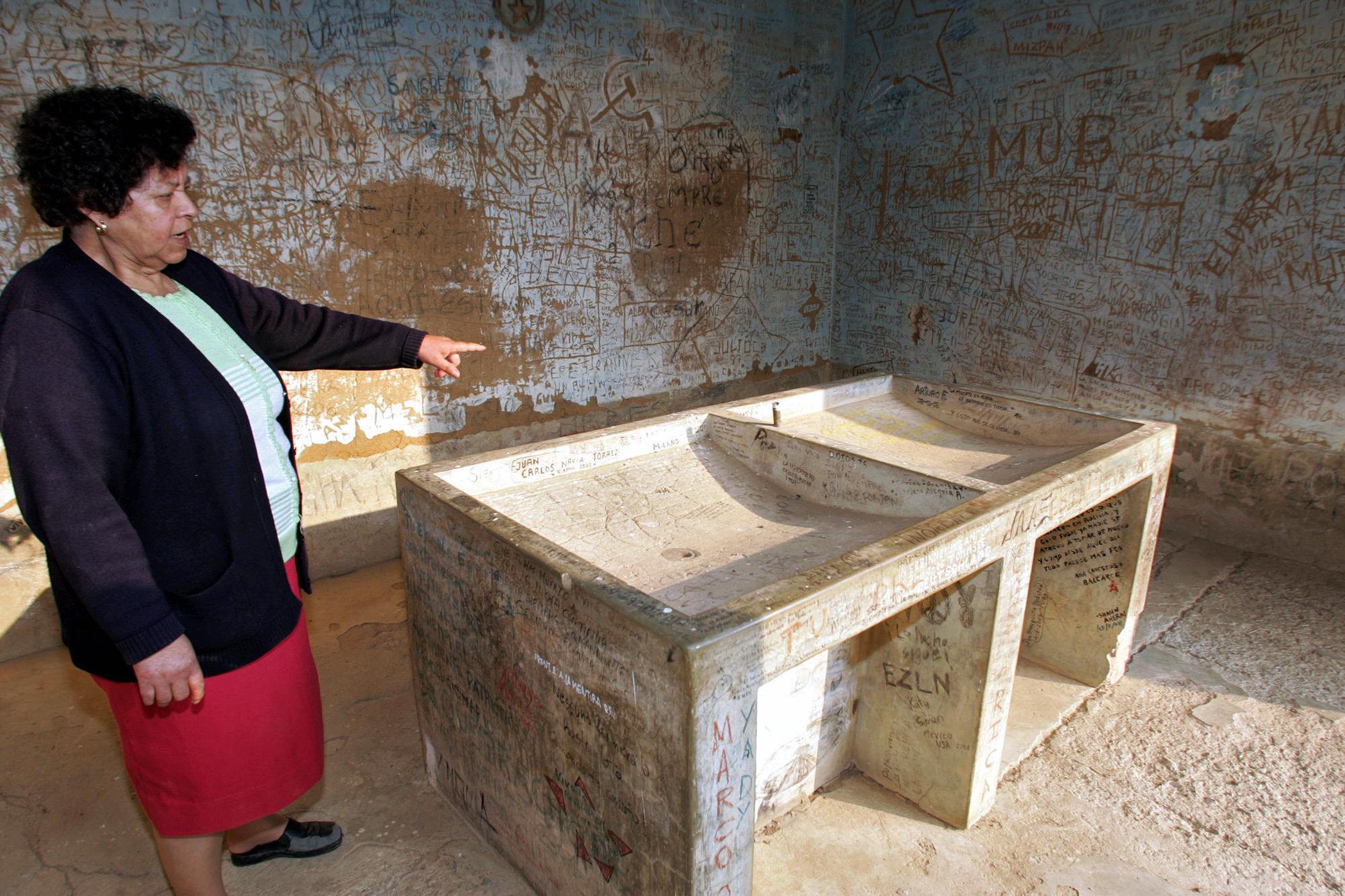 Susana Osinaga muestra el lavadero donde limpió el cuerpo del Che tras su ejecución en 1967