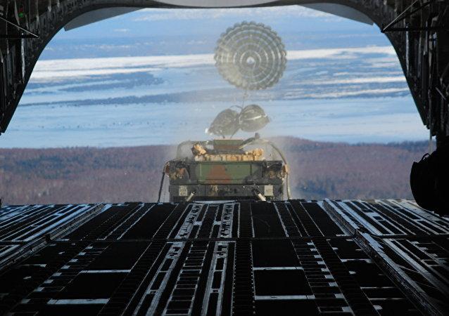 El lanzamiento de un Humvee desde un C-17, foto archivo