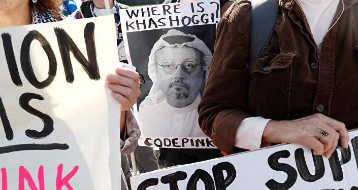 Un activista con la foto del periodista saudí Jamal Khashoggi