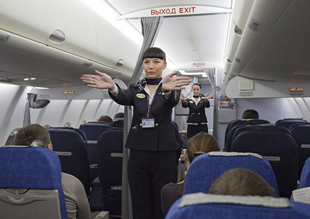 Una auxiliar de vuelo durante un instructaje, foto archivo
