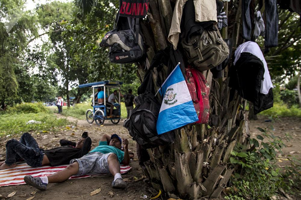 Migrantes se preparan para cruzar el Río Suchiate al lado mexicano