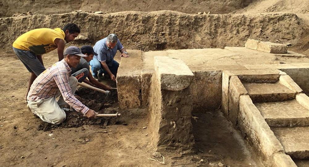 Una misión arqueológica egipcia descubriendo en la parte oriental de El Cairo, en el barrio de Matariya, una sala ceremonial perteneciente al faraón Ramsés II