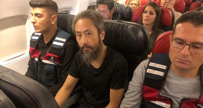 Jumpei Yasuda, periodista japonés liberado recientemente de manos de los radicales sirios, regresando a Japón