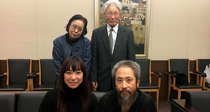 Jumpei Yasuda, periodista japonés, liberado recientemente de manos de los radicales sirios, con su esposa y sus padres
